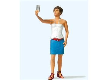 Preiser 45524 Junge Frau beim Selfie, Spur G 1:22,5