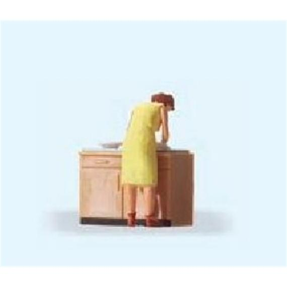 Preiser Hausfrau beim Spülen HO
